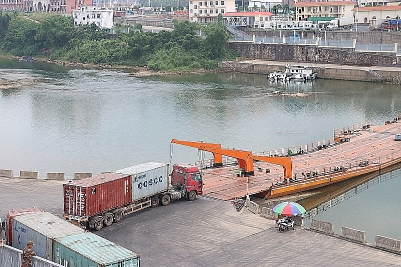 Hoạt động xuất nhập khẩu hàng hóa qua Lối mở Km3+4. Ảnh: Q.H