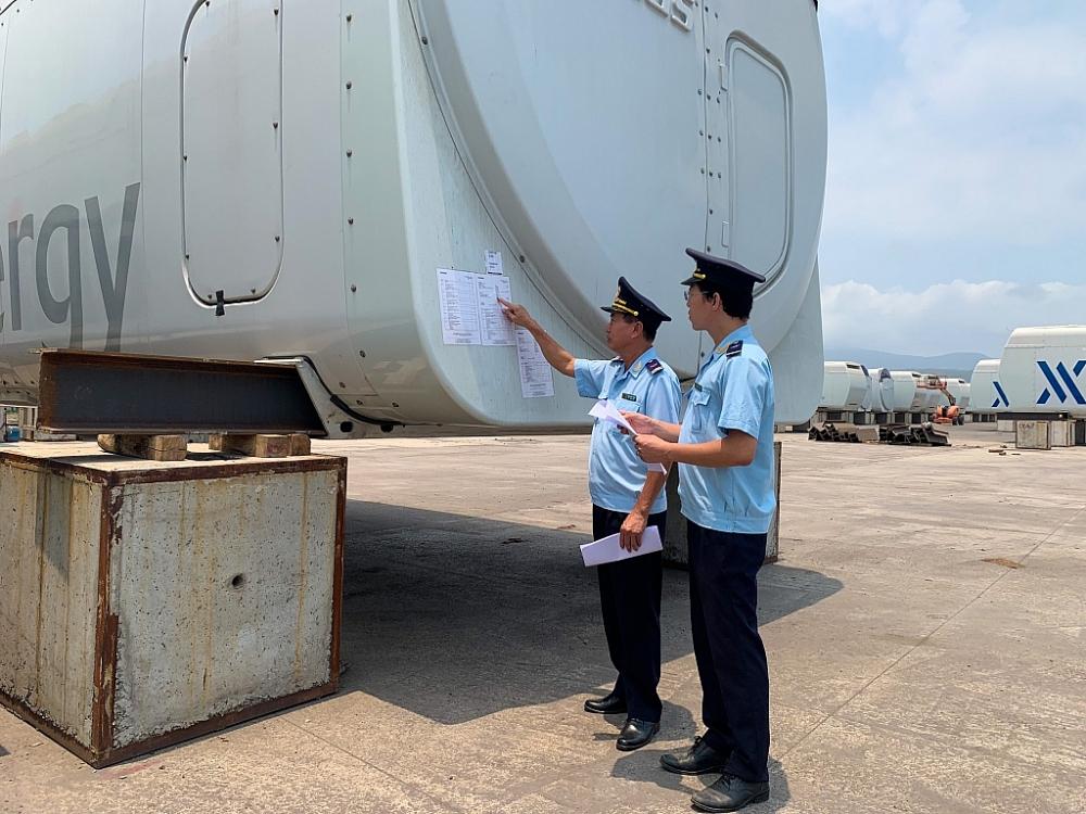 Công chức Hải quan cửa khẩu cảng Hòn La kiểm tra giám sát thiết bị nhập khẩu.