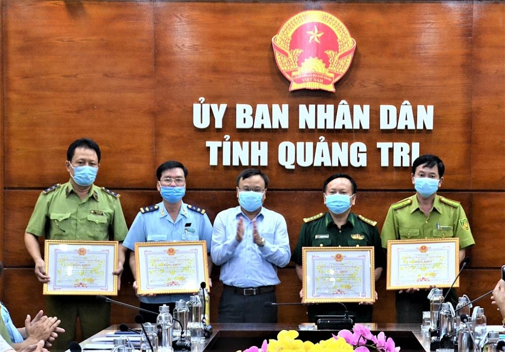 Phó Chủ tịch UBND tỉnh Lê Đức Tiến đã trao Bằng khen của Chủ tịch UBND tỉnh cho 4 tập thể, 4 cá nhân .