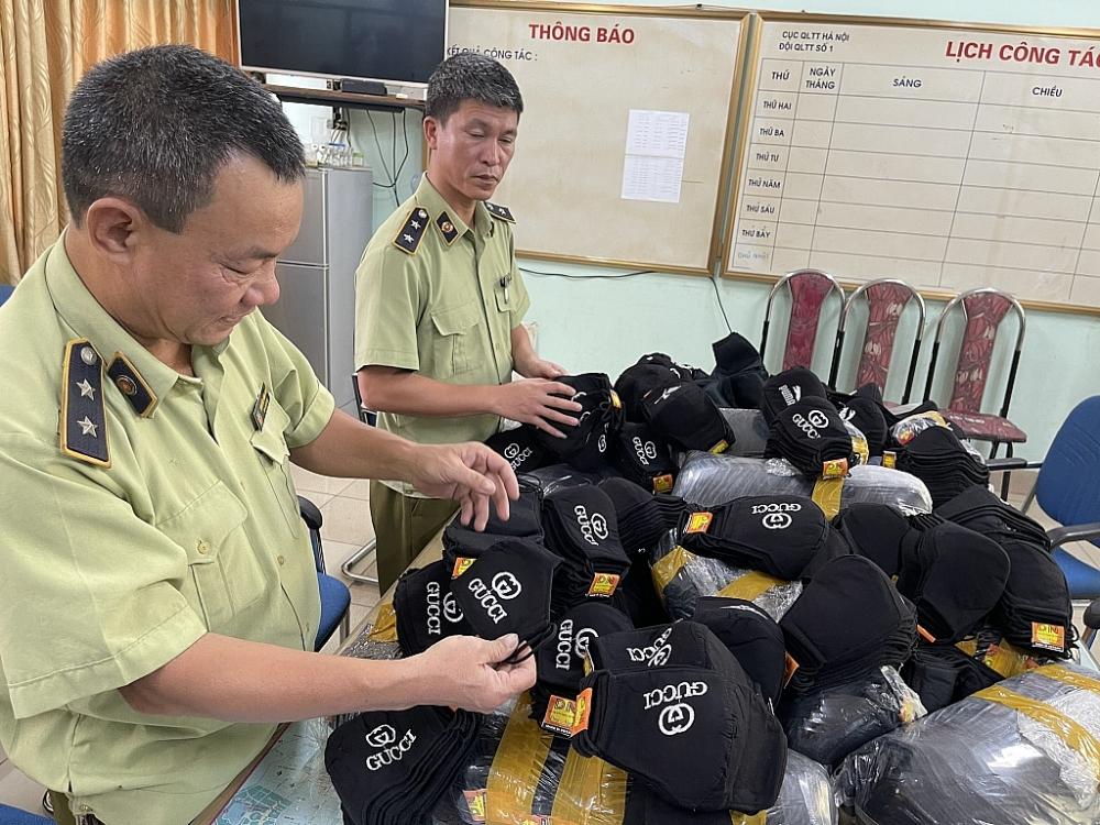 Lực lượng Quản lý thị trường kiểm tra hàng hóa.