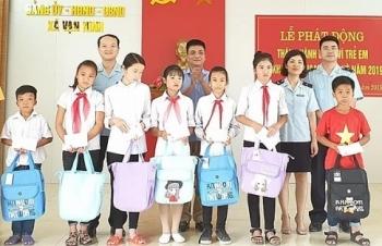 Thanh niên Hải quan Móng Cái trao quà cho học sinh có hoàn cảnh khó khăn