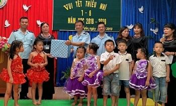Quảng Ninh: Thanh niên Hải quan cửa khẩu tặng quà cho học sinh nghèo dịp 1/6