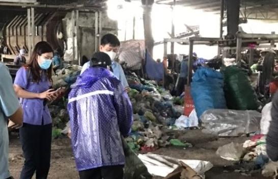 Hải quan Bắc Phong Sinh tiêu hủy hơn 3.000 thỏi son, hộp phấn nhập lậu