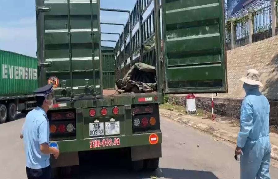 Quảng Trị: Đổi người điều khiển phương tiện hàng hóa XNK để phòng dịch