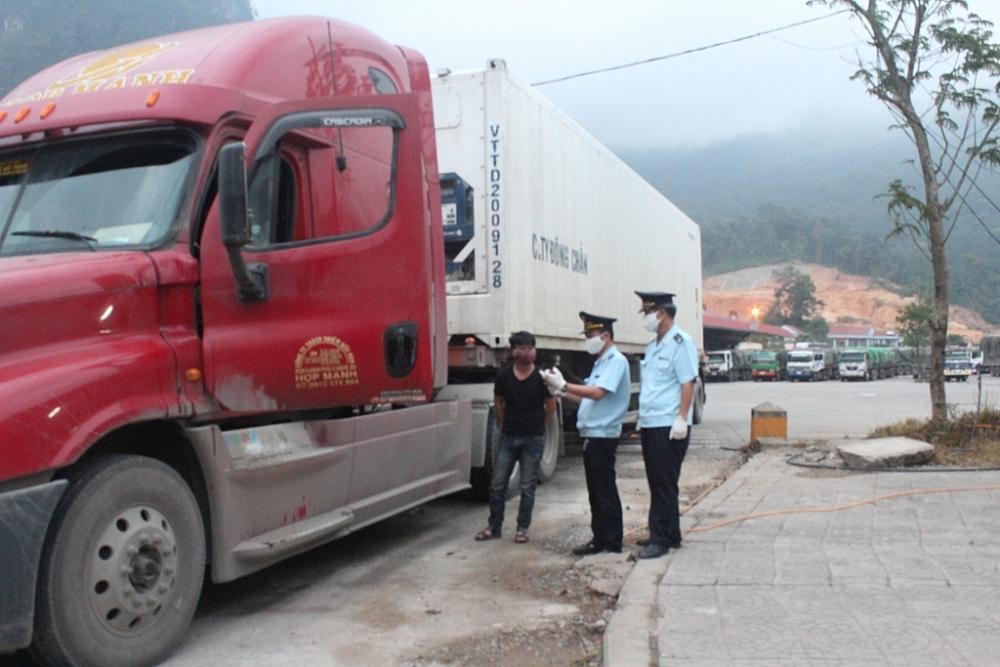 Công chức Chi cục Hải quan cửa khẩu Cha Lo kiểm tra, giám sát phương tiện qua cửa khẩu. Ảnh: Lê Phú