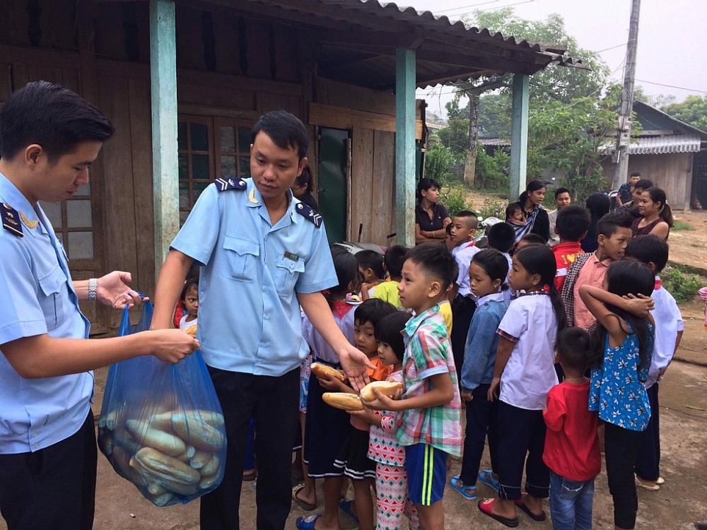 Thanh niên Hải quan La Lay với chương trình bánh mỳ cho em