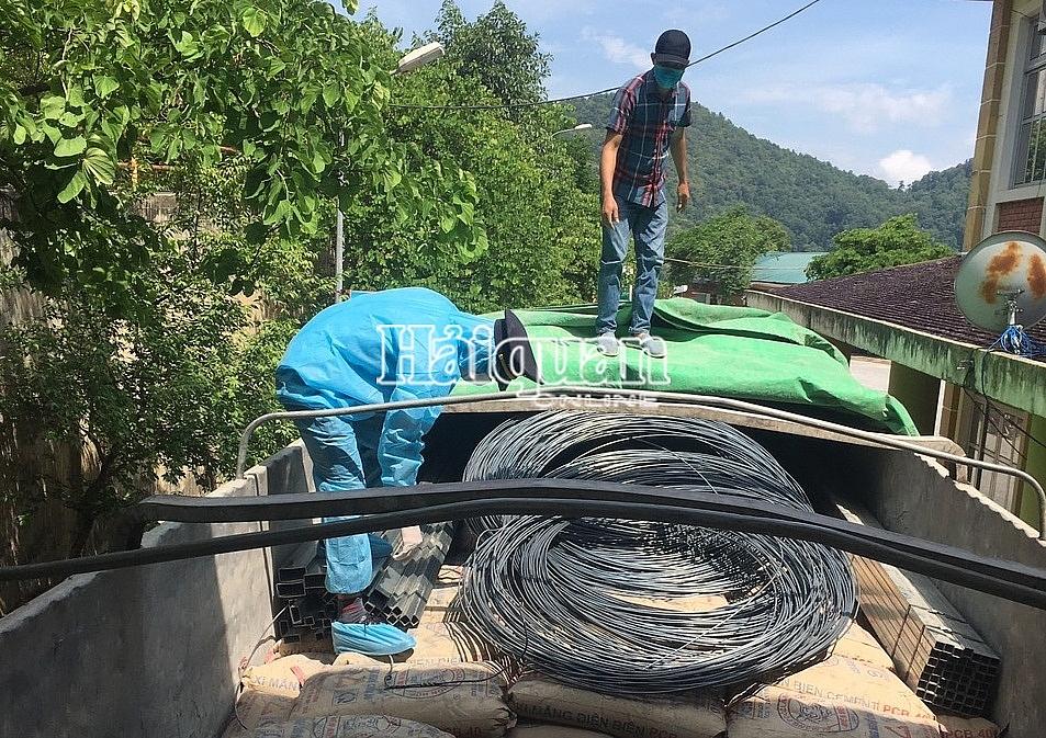 Công chức Chi cục Hải quan cửa khẩu quốc tế Tây Trang (Cục Hải quan Điện Biên) kiểm tra vật liệu xây dựng xuất khẩu.