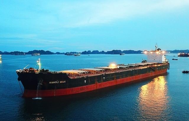 Hải quan Cẩm Phả lần đầu đón tàu gần 180.000 tấn vào làm hàng
