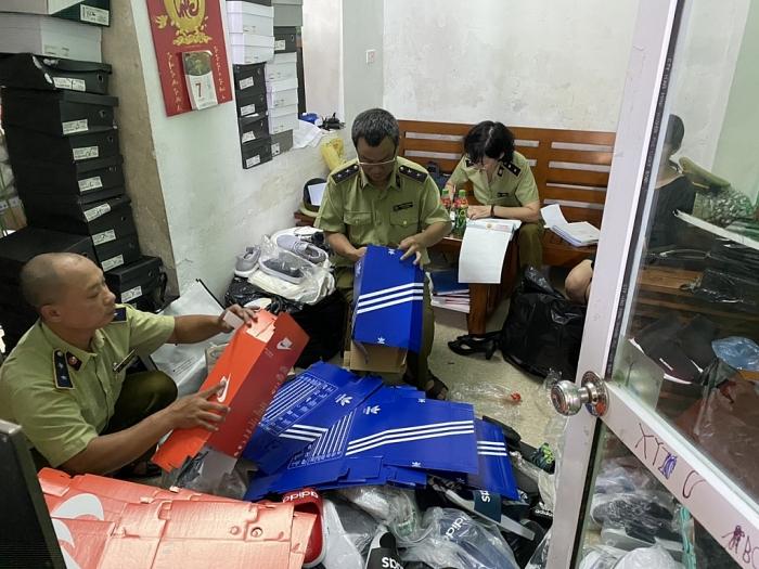 Hà Nội: Tạm giữ hơn 5.000 sản phẩm có dấu hiệu giả mạo Adidas, Nike