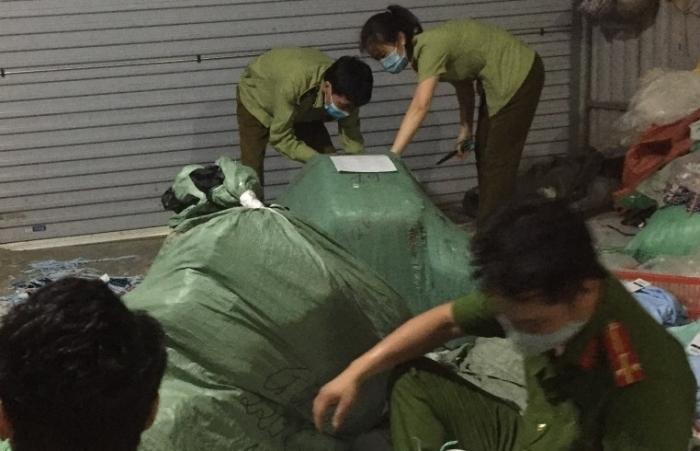 Hà Nội: Lật tẩy cơ sở sản xuất áo chống nắng giả mạo nhãn hiện GU