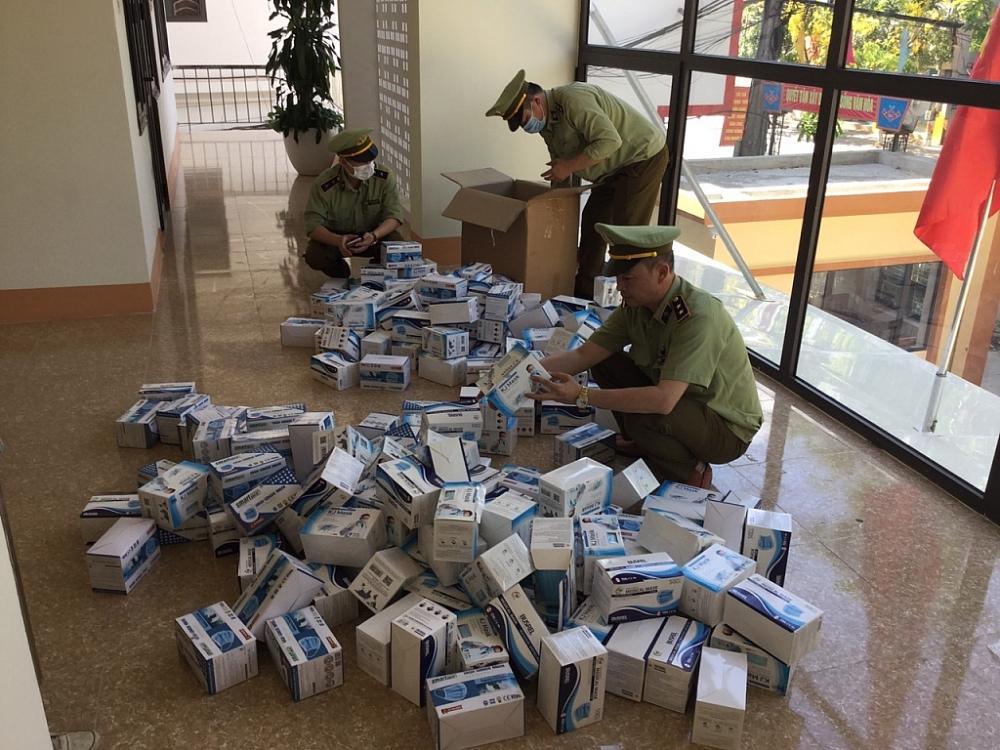 Lực lượng chức năng kiểm tra hàng hóa vi phạm.