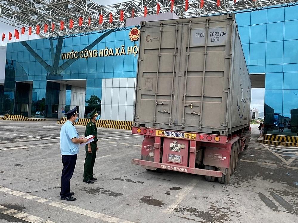 Lực lượng Hải quan, Biên phòng phối hợp giám sát phương tiện vận chuyển hoa quả qua cầu Bắc Luân II.