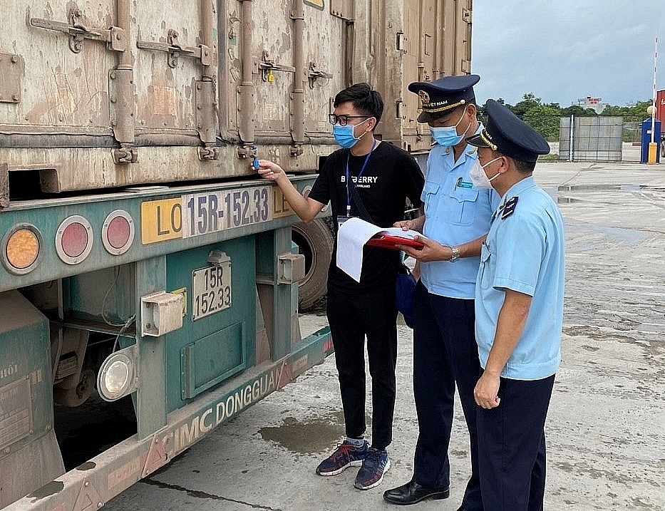 Công chức Chi cục Hải quan cửa khẩu Móng Cái (Cục Hải quan Quảng Ninh) kiểm tra, giám sát hàng háo XNK.