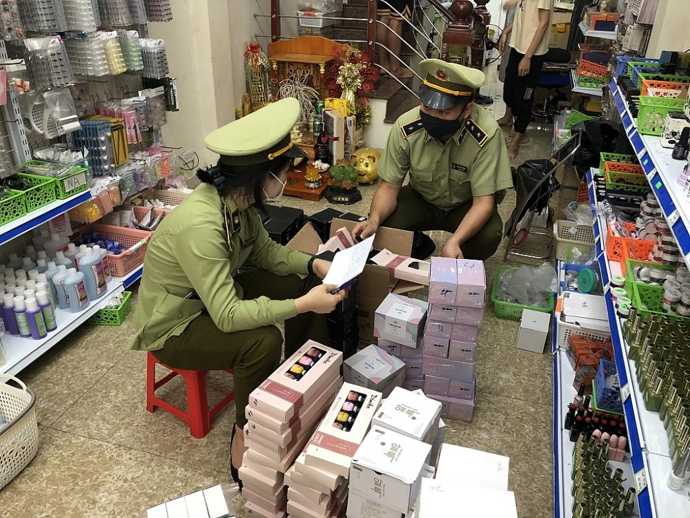 Lực lượng Quản lý thị trường kiểm tra cơ sở kinh doanh.