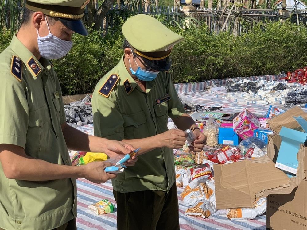 Lực lượng QLTT tổ chức tiêu hủy hàng hóa.