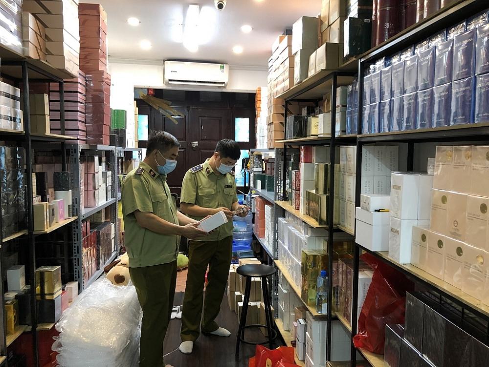 Lực lượng chức năng kiểm tra cửa hàng.