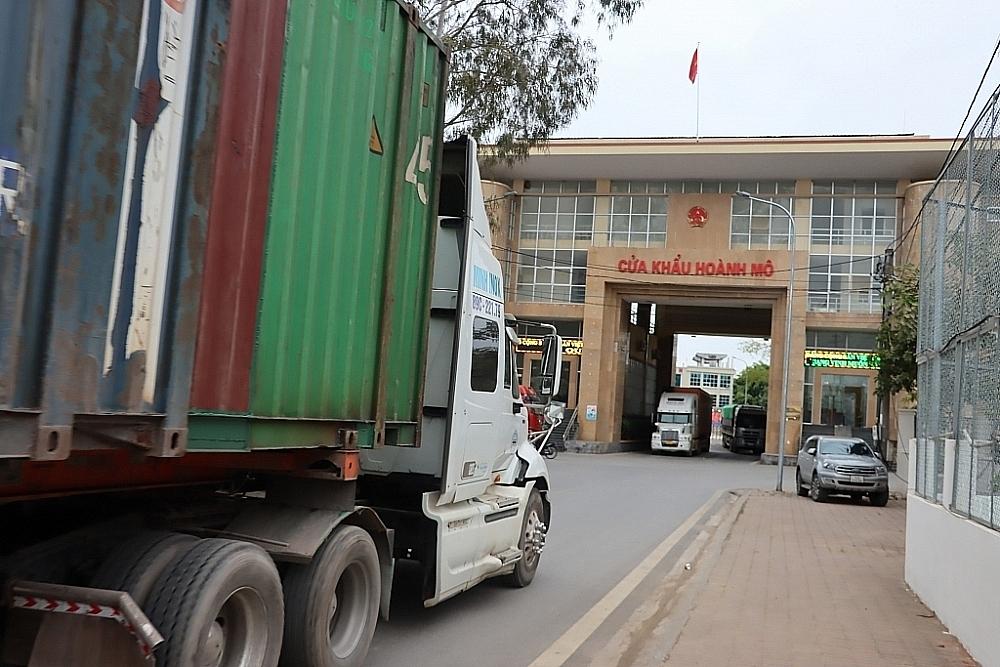 Hoạt động XNK qua cửa khẩu Hoành Mô, Quảng Ninh. Ảnh: Q.Hùng