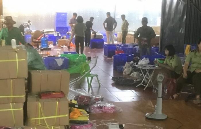 Cận cảnh khám xét kho chứa hàng nhập lậu cực lớn tại Lào Cai
