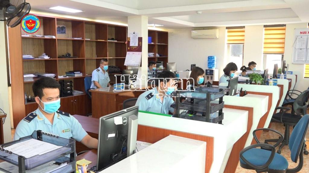Hoạt động nghiệp vụ tại Chi cục Hải quan cửa khẩu cảng Cẩm Phả. Ảnh: