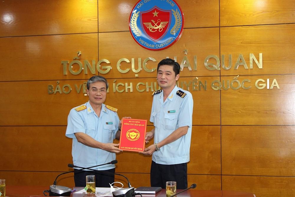 Phó Tổng cục trưởng Tổng cục Hải quan Nguyễn Dương Thái trao quyết định bổ nhiệm cho ông Nguyễn Đức Thiện. Ảnh: Q.H