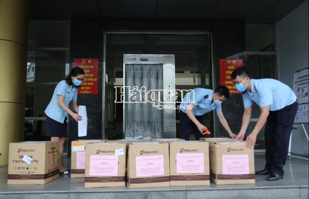 Hải quan Quảng Ninh tặng đồng nghiệp Hải quan TP Hồ Chí Minh 50.000 khẩu trang y tế