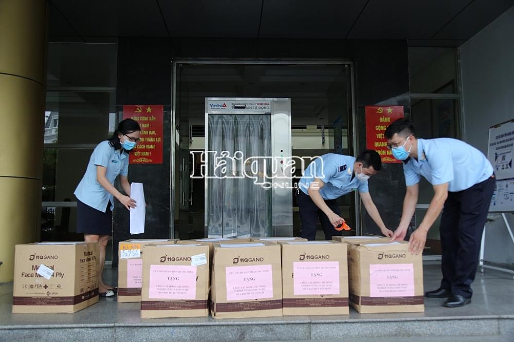 Cán bộ, công chức Hải quan Quảng Ninh đóng gói khẩu trang y tế gửi tặng Cục Hải quan TP Hồ Chí Minh.