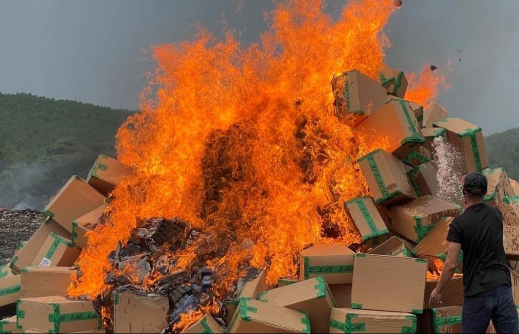 Tiêu hủy gần 1.000 kiện thuốc lá bị hư hỏng gửi kho ngoại quan