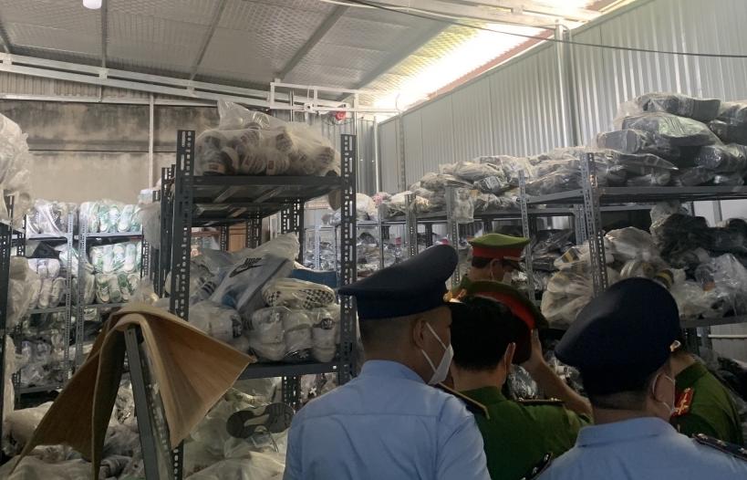 Đột kích kho chứa gần 2.500 đôi giầy có dấu hiệu giả mạo nhãn hiệu NIKE tại Bắc Ninh