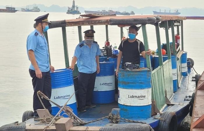Dùng tàu không biển kiểm soát chở 2.000 lít dầu không giấy tờ