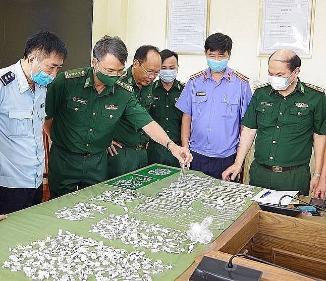 Lực lượng chức năng bắt giữ vụ vận chuyển trái phép kim cương, vàng trị giá khoảng 15 tỷ đồng từ Hồng Kông về Hải Phòng.