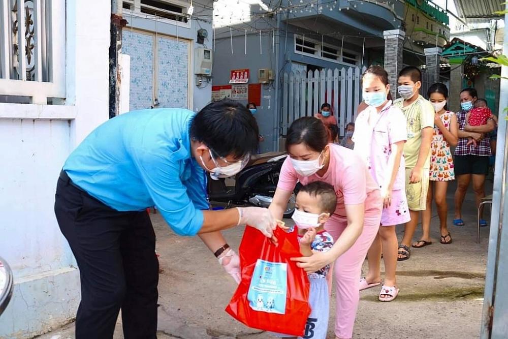 """Thanh niên Cục Quản lý rủi ro và Cục Hải quan TP Hồ Chí Minh chung tay hỗ trợ người dân nơi """"tâm dịch"""""""