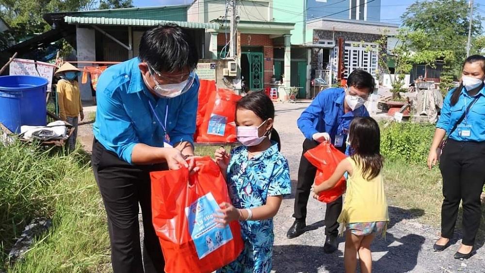 Đại diện Đoàn thah niên 2 đơn vị trao quà cho các em nhỏ.