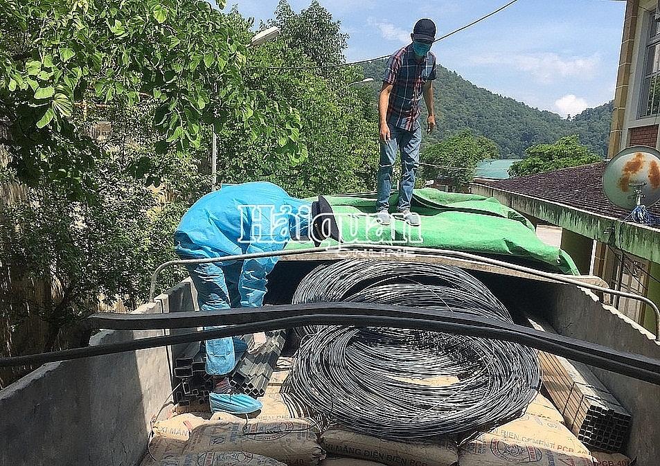 Công chức Chi cục Hải quan cửa khẩu quốc tế Tây Trang (Cục Hải quan Điện Biên) kiểm tra hàng hóa xuất khẩu.