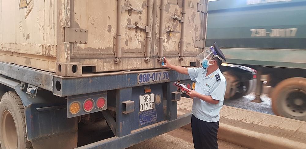 Hàng hóa xuất nhập khẩu qua cửa khẩu Cha Lo giảm gần 50%