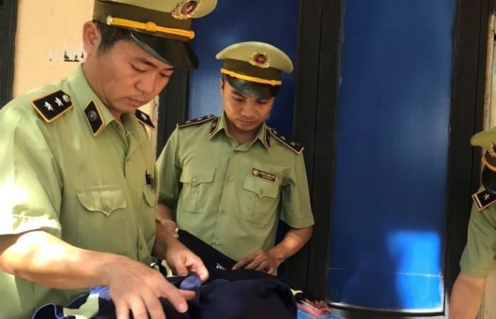 Quảng Trị: Ngụy trang hơn 1.600 áo Adidas trong bao tải