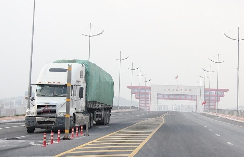 Lực lượng chức năng phía Trung Quốc tại cầu Bắc Luân II nghỉ dịp Quốc khánh
