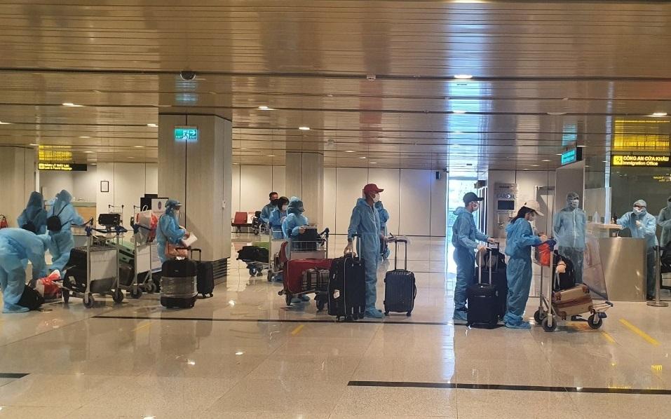 """Hình ảnh công chức Hải quan sân bay Vân Đồn đón chuyến bay """"Hộ chiếu vắc xin"""""""