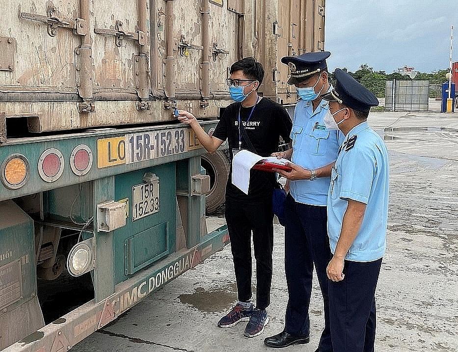 Công chức Hải quan Móng Cái Lực lượng Hải quan giám sát phương tiện vận chuyển hoa quả quá cảnh qua cầu Bắc Luân II, Móng Cái.
