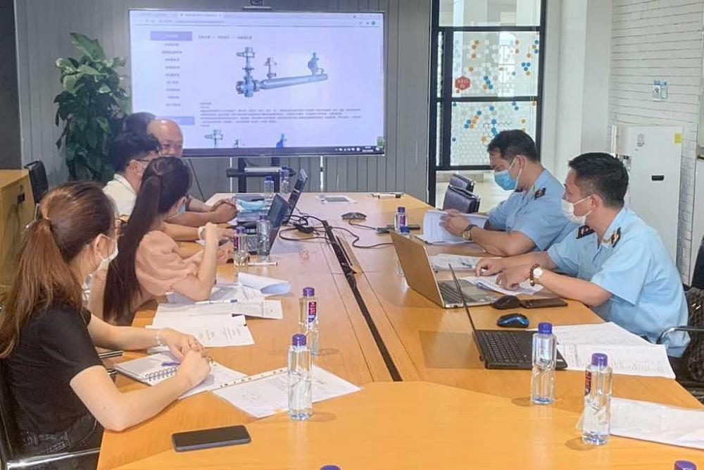 Cán bộ, công chức Hải quan cửa khẩu Móng Cái gặp gỡ, trao đổi tháo gỡ khó khăn cho doanh nghiệp.