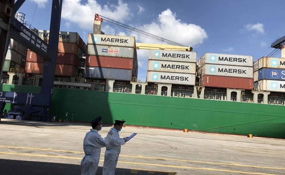 Công chức Hải quan thực hiện giám sát tàu container.