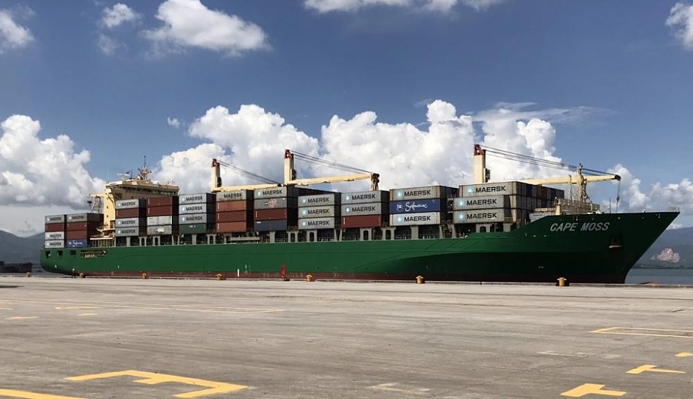 Tàu container cập cảng Cái Lân.