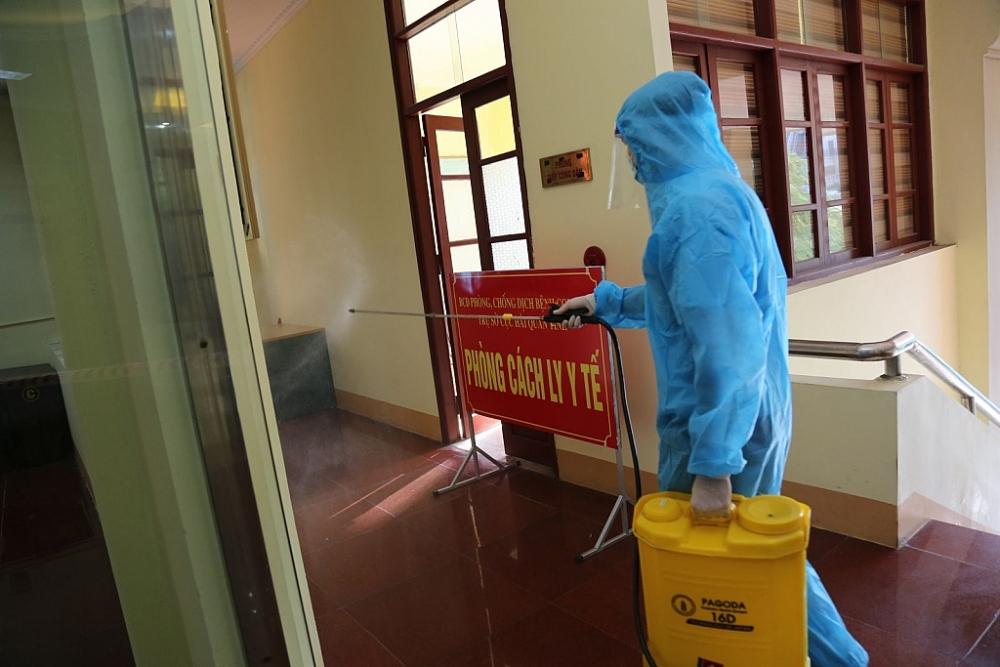 Công chức Hải quan thực hiện phun khử khuẩn tại trụ sở.