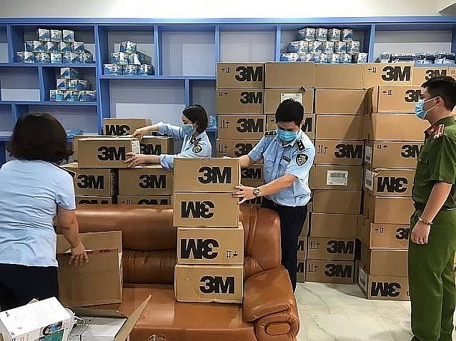 Lực lượng chức năng trên địa bàn TP Hà Nội kiểm tra lô hơn 17.000 khẩu tra giả mạo trong ngày 6/8.