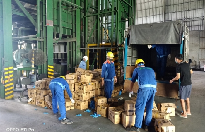 Bắc Ninh: Tiêu hủy hơn 9,5 tấn găng tay cao su không rõ nguồn gốc