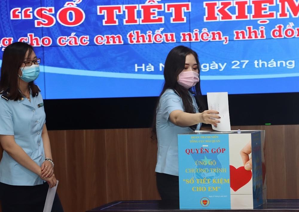 """Hình ảnh Lễ phát động chương trình """"Sổ Tiết kiệm cho em"""" của thanh niên Hải quan"""