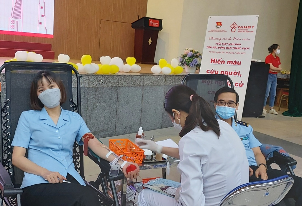 Thanh niên Hải quan tham gia hiến máu, hỗ trợ bệnh nhân Covid-19