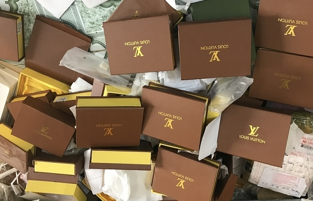Thu giữ trên 1.200 chiếc túi xách giả mạo thương hiệu nổi tiếng