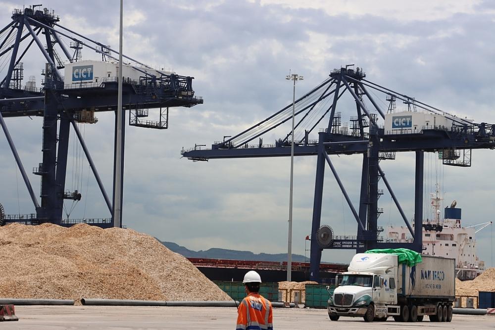 Hoạt động xuất nhập khẩu qua cảng Cái Lân, Quảng Ninh. Ảnh: Q.H