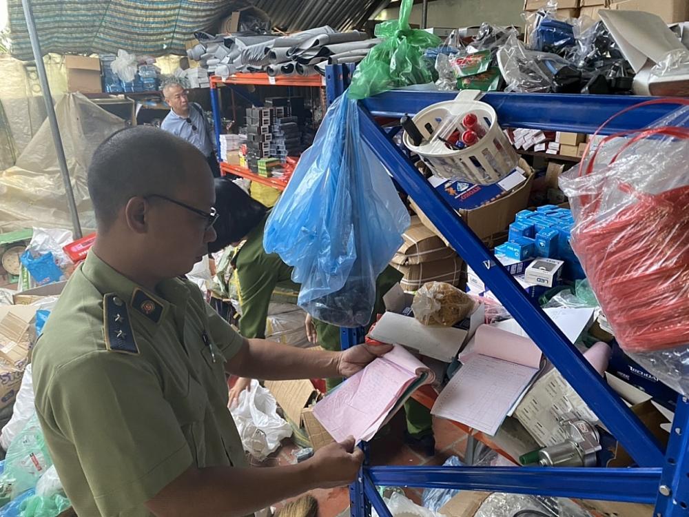 Lực lượng QLTT kiểm tra hàng hóa vi phạm.