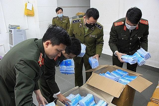 Lực lượng QLTT Hà Nội kiểm tra một cơ sở, tu giữ hơn 1 triệu sản phẩm khẩu trang, nước rửa tay trong tháng 5/2020.